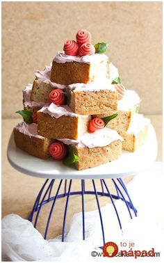 Use this step by step tutorial to make an easy cake tower. Great for birthday parties, Anniversaries, Mother's Day or Valentine's Day. Kids can help too! Cake Recipes For Beginners, Easy Cake Recipes, Dessert Recipes, Desserts, Easy Cake Decorating, Cake Decorating Techniques, Decorating Ideas, Food Cakes, Cupcake Cakes