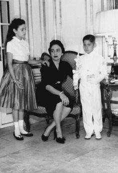 Lola Villalobos with daughter Rosi and son Gerardo at the family residence in Miramar. Havana, 1950s. Source: DosEpocas