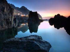 Luces de Porto Moniz reflejadas en el mar (Isla de Madeira, Portugal)