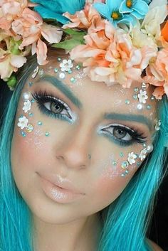 Mermaid make-up - 70 ideas for little and big mermaids- Meerjungfrau schminken – 70 Ideen für kleine und große Nixen Mermaid make-up of rhinestones and flowers - Fairy Make-up, Fairy Wings, Blue Fairy, Mermaid Fairy, Fairy Fantasy Makeup, Fantasy Make Up, Fairy Eye Makeup, Unicorn Makeup, Mermaid Face Paint
