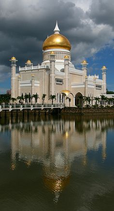 Majestic Omar Ali Saifuddien Mosque - Brunei, Malaysia Click to see TOP 10 majestic religious places and much more!