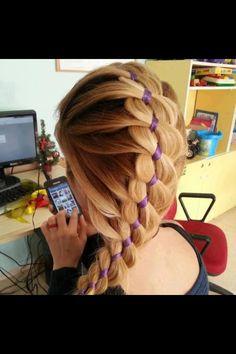 Cheveux châtains longs - Ruban inséré dans une tresse  English keywords : hair, ribbon, braid