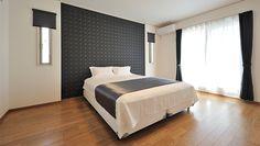 主寝室:主寝室もホテルをイメージ。ツートンカラーで空間を引き締めます。アクセントクロス部分の電源には、同系色のコンセントカバーを使用するなど細やかな工夫も。