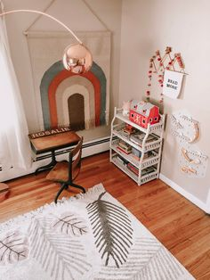 Vintage Desk in Girls Room for Homeschool Cool Diy Projects, Home Projects, Toddler Rooms, Kids Rooms, Kids Bedroom, Project Nursery, Nursery Ideas, Rainbow Wall, Vintage Nursery