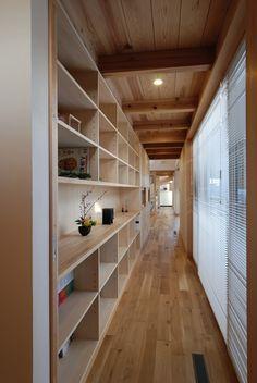 玄関から勝手口まで一直線に伸びた軸線。この写真「廊下からリビングを見る。」はfeve casa の参加建築家「植本俊介/植本計画デザイン一級建築士事務所」が設計した「本庄SB邸<4つの庭に挟まれ奥行きを感じる家>」写真です。「中庭のある家(コートハウス) 」カテゴリーに投稿されています。