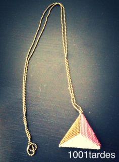 Collar con cadena de oro viejo y colgante triángulo delica tricolor