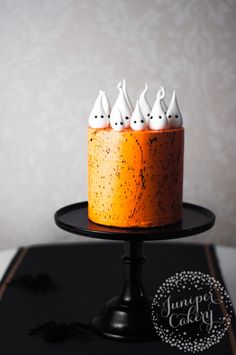 halloween cakes If we could still trick-or-treat and fill our own pillowcases with thousands of calories of candy, we would. No question. But apparently we're adults now, so Halloween Bolo Halloween, Halloween Baking, Halloween Dinner, Halloween Desserts, Halloween Food For Party, Halloween Cakes, Easy Halloween, Halloween Treats, Holiday Cakes