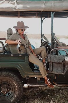 Do I need shots to go to Kenya? What should I pack for Safari? Probably just a few of the many questions you have as you prepare for your Safari adventure. Click in for my packing + prep checklist as well as outfit ideas ! Safari Chic, Mode Safari, Jungle Safari, Safari Outfits, Safari Outfit Women, Jungle Outfit, Zoo Outfit, Safari Clothes, Safari Costume Women