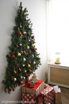 25 Árvores de Natal de Parede Criativas a wall mounted Christmas tree made of evergreen branches and decorated with snowy pinecones and ornaments Christmas Tree Pictures, Large Christmas Tree, Traditional Christmas Tree, Alternative Christmas Tree, Wooden Christmas Trees, Beautiful Christmas Trees, Christmas Tree Themes, Christmas Traditions, Christmas Diy