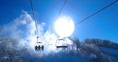 À Ski Bromont, l'équipe de l'entretien des pistes travaille pour vous offrir des conditions de ski optimales en tout temps. C'est GARANTI! Bromont, Ski, Light Bulb, Lighting, Home Decor, Dance Floors, Interview, Winter, Everything