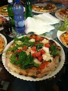 Eating Pizza in Italy- it doesn't get much better than that! Pizza types vary depending on what region of Italy you are in. Best Italian Recipes, Favorite Recipes, Pizza Recipes, Cooking Recipes, Italian Honeymoons, Types Of Pizza, Good Pizza, Recipes From Heaven, Love Food