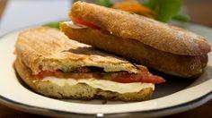 Panino caprese con mozzarella, basilico e pomodoro, ricetta facile e veloce