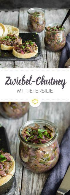 Du liebst den Duft von gebratenen Zwiebeln? Dann wirst du dieses Zwiebel-Chutney mit Petersilie heiraten wollen - oder zumindest dein Brot damit verfeinern.