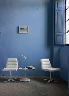 La silla #Guggen de #LigneRoset se inspira en el restaurante del Museo #Guggenheim donde hizo su debut. Su asiento es levemente curvo, brindando un apoyo ideal, y un respaldo acolchado formado por tres mullidas franjas horizontales de espuma, que la hacen sumamente agradable.