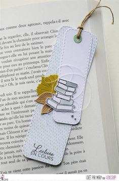 Atelier : marque-page - Le scrap de Mary Creative Bookmarks, Cute Bookmarks, Bookmark Craft, Paper Bookmarks, Diy Couture Cadeau, Diy Cadeau Maitresse, Broken Book, Book Markers, Book Lovers Gifts