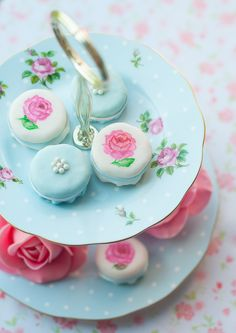 Lulus Sweet Secrets: Teacup Cake and Sugar Roses D'Andretta Wynne Borges Macarons, Macaron Cookies, Pretty Cakes, Beautiful Cakes, Macaron Bleu, French Macaron, Mini Cakes, Cupcake Cakes, Sugar Rose