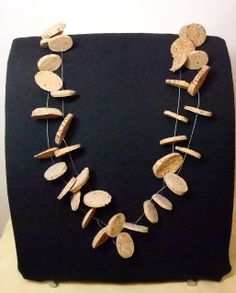 DIY- noxcreare: finally a cork necklace i can use all my corks for! Fabric Jewelry, Diy Jewelry, Jewelery, Jewelry Making, Cork Garland, Cork Necklace, Necklaces, Bottle Jewelry, Cork Art