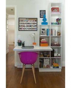 #olhomágicocj @ktaarquitetura Até mesmo um quarto compacto, como este, pode ganhar um cantinho de trabalho confortável. A bancada fica acoplada à pequena estante, tudo desenhado sob medida por nós, da KTA. O toque feminino ficou por conta da cadeira pink. #décor #decoração #acaradecasaejardim #instahome #inspiração #interiordesign #decoracióndeinteriores #décoration #innenarchitektur #decoration #decorations Veja mais em casaejardim.com.br #office #escritório #instaoffice #casasa