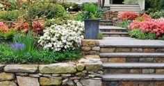 Ve svažité zahradě hezky vypadají terasovité záhony s opěrnými zídkami.