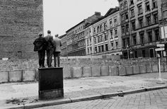 Henri Cartier-Bresson, the Berlin wall, West Berlin, West Germany. History Of Photography, Candid Photography, Modern Photography, Artistic Photography, Animal Photography, Black And White Photography, Street Photography, Photography Ideas, Vintage Photography