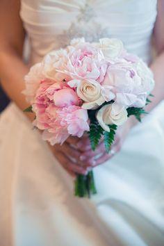 Ramo de novia de Montse con peonias y rosas {Foto, Pablo López Ortiz} #ramodenovia #bridalbouquet #tendenciasdebodas