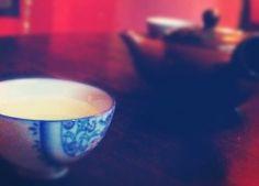 Czy herbata długo parzona jest mocniejsza? Herbata dłużej parzona nie jest mocniejsza, jeśli pod uwagę weźmiemy ilość kofeiny (czy teiny, jak kto woli) w gotowym herbacianym naparze. No dobrze, ale przecież herbata długo parzona jest goryczkowa a nasze babcie od zawsze ostrzegały: wyciągnij już torebkę z herbatą, bo będzie za mocna! Podczas długiego parzenia herbaty... Yerba Mate, Tableware, Dinnerware, Tablewares, Dishes, Place Settings