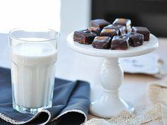 Trufe raw si lapte de migdale Glass Of Milk, Panna Cotta, Ethnic Recipes, Food, Dulce De Leche, Meals, Yemek, Eten