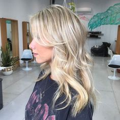 Creamy blonde highlights #redken shades eq gloss then finished with a #faceframing fringe and #tousledwaves. Lush hair by @haylee_edwardsandco. #edwardsandco #edwardsandcobyronbay