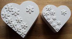2 blank houten dozen bewerkt met gesso, acryl verf en blanke vernish. Eerst vilten bloemen erop geplakt en daar overheen bewerkt met eerder genoemde materialen. Na het aflakken met de vernish halve pareltjes erop geplakt. Het zou zomaar een leuk cadeau kunnen zijn voor een bruidspaar