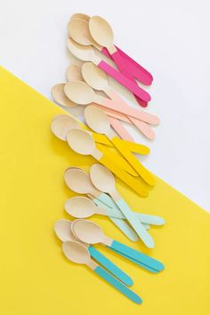 A 5 Minute DIY for Your Next Party Buntes Holzbesteck selber machen // DIY Painted Wooden Utensils / Cumple My Little Pony, Cumpleaños Diy, Banner Backdrop, Wall Backdrops, Festa Party, Diy Party Decorations, Diy Party Hats, Party Crafts, Diy Decoration