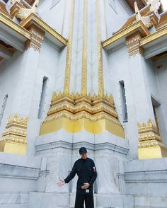 Practicing my vocals while trying to be a tourist guide?  #bbk #photography #bangkok #bbkk #beautiful_bangkok #singer #instaboy #sgsinger #wanderlust #actor #actorslife #sgactor #musician #travel #holiday #architecture #goldentemple #chinatown #performer #temple #wattrimit http://tipsrazzi.com/ipost/1519359098260125541/?code=BUV2QzKDXdl