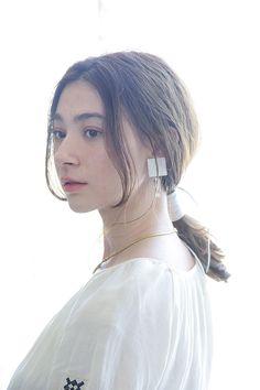 ベースのスタイルのように、ツヤとドライをどちらも取り入れたスタイリングにして、髪の毛全体を襟足で1つに結ぶ。顔まわりの髪の毛は残す。耳の上の髪の毛はたるませるようにし、ゆるめに結ぶのがポイント。ゴムを結んだ部分に、白いレザーのリボンを、幅が広くなるように結ぶ。リボンがアクセントになる、モードな1つ結びはすぐに真似したい。  hair/Jun Hayatsu model/Miyuki Emo...