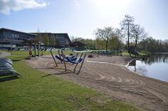 In de zomer kan je heerlijk liggen in één van de hangmatten of afkoelen in het meer.