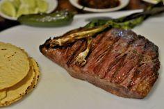 Plateada al horno: La reina de las preparaciones chilenas Chilean Recipes, Chilean Food, Steak, Cooking, Paninis, Buffets, Drinks, Cupcakes, Country