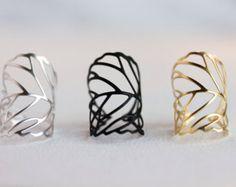 Simple Apilable Moderno Esta lista es para el anillo de la sola hoja. Se puede usar también como anillo de apilamiento con mi otro diseño. La última foto muestra apilado con uno de mi anillo de diseño. Delicado anillo de rama de hoja con piedras de la CZ https://www.etsy.com/listing/204256501 También puede useDrop caja para ordenar como un conjunto. El conjunto de dos anillos vendrá con dos anillos se muestra como cuadro #3. También con el mejor precio de descuento. Descripción: -Anill...