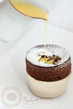 Sufleu de ciocolata, reteta delicioasa, explicata pas cu pas | Reete - Laura Laureniu Aniversary Cakes, Dessert Cups, Cup Desserts, Romanian Desserts, Chocolate Souffle, Tomato Soup Recipes, Sweets Cake, Food Cakes, Healthy Sweets