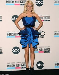 Carrie Underwood Strapless Dress - Carrie Underwood exuded avant-garde elegance in an ultra-ruffled belted strapless dress at the 2012 AMAs. Gold Brocade Dress, Brocade Dresses, Red Carpet Ready, Red Carpet Looks, Carrie Underwood Pictures, Stacy Keibler, Female Hormones, American Music Awards, Vintage Ladies