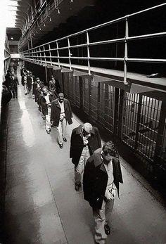 Os últimos prisioneiros deixando a ilha de Alcatraz, em 1963