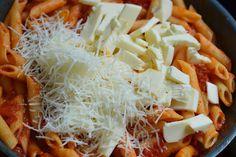 Paste la cuptor, cu rosii si mozzarella - CAIETUL CU RETETE Paste, Coconut Flakes, Mozzarella, Spices, Cooking Recipes, Food, Meal, Cooker Recipes, Essen