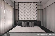 主臥室床頭黑金木框架,包覆屋主設計的 FRP 產品,相當時尚。