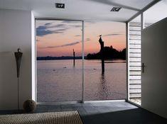 Eine praktische Schiebetür von AUF&ZU ist gleichzeitig ein richtiger Hingucker. Unsere Fototür holt Ihr Lieblingsmotiv zu Ihnen nach Hause. Modern, Windows, Design, Pictures, Photo Mural, Architecture, Homes, House, Right Guy
