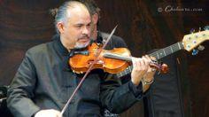 Primer plano de David de Moreira tocando su violín
