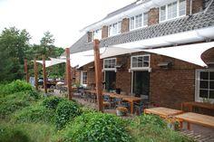 horeca terras voorzien van een modern zonnezeil, door deze overkapping is een regenbui geen enkel probleem.