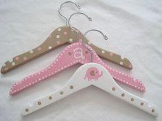 Baby hangers for display Baby Coat Hangers, Diy Clothes Hangers, Kids Hangers, Wooden Coat Hangers, Diy Wooden Projects, Wooden Diy, Wooden Names, Baby Room Design, Simple Gifts