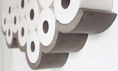 Mal eine nicht ganz so alltägliche Frage: Wie bewahrst du eigentlich deinen Vorrat an Toilettenpapier auf? Wenn du keine Lust mehr hast, die Rollen schmucklos auf dem Regal oder in der Ecke aufzustapeln, solltest du dir das Regal anschauen, das das Designs