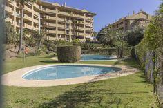 @Montearchanda #ApartamentoEnVenta 250.000€ - APARTAMENTO GUADALCANTARA GOLF 2506 - 142 m2, 2 dormitorios, 2 baños Fabuloso apartamento de 2 dormitorios una de ellas en suite  situado en una zona residencial en primera línea de golf, urbanización en la prestigiosa zona de Guadalmina. La propiedad tiene una terraza muy amplia orientada al suroeste con vistas al campo de golf y zonas comunes, amplias habitaciones, seguridad 24 horas en la entrada, gimnasio [...]