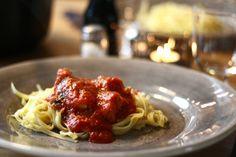 Ajvar är så gott! För sig själv eller som smaksättare i t ex grytor och såser. Extra god blir denna pastasåsen, med just ajvar i.