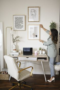 Home office decor ideas for those who enjoy a space with neutral colors, marble accents, minimalist wall art and simple but eyet chic gold accessories. Chic Office Decor, Cozy Home Office, Home Office Setup, Home Office Organization, Home Office Design, Small Office Decor, Office Inspo, Interior Office, Office Designs