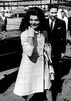 do you remember 60's | Jackie Kennedy arrives at Heathrow Airport in 1966 and immediately ...
