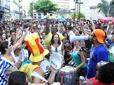 """Desfila no dia 9, sábado, e no dia 11, segunda, às 17h. No sábado, a concentração é no Largo das Neves. Na segunda, no Largo dos Guimarães. O folião pode aproveitar o desfiles nas ladeiras tradicionais do bairro sem muito tumulto. Obs: As informações são de responsabilidade dos organizadores. Estão sujeitas a alterações de data...<br /><a class=""""more-link"""" href=""""https://catracalivre.com.br/rio/agenda/barato/bloco-aconteceu/"""">Continue lendo »</a>"""